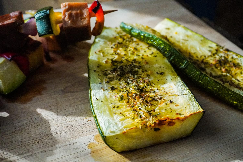 Vegan grillen kann auch ohne Ersatzprodukte total vielseitig sein. Zwei Rezepte für Gemüsespieße und gegrillte Zucchini.