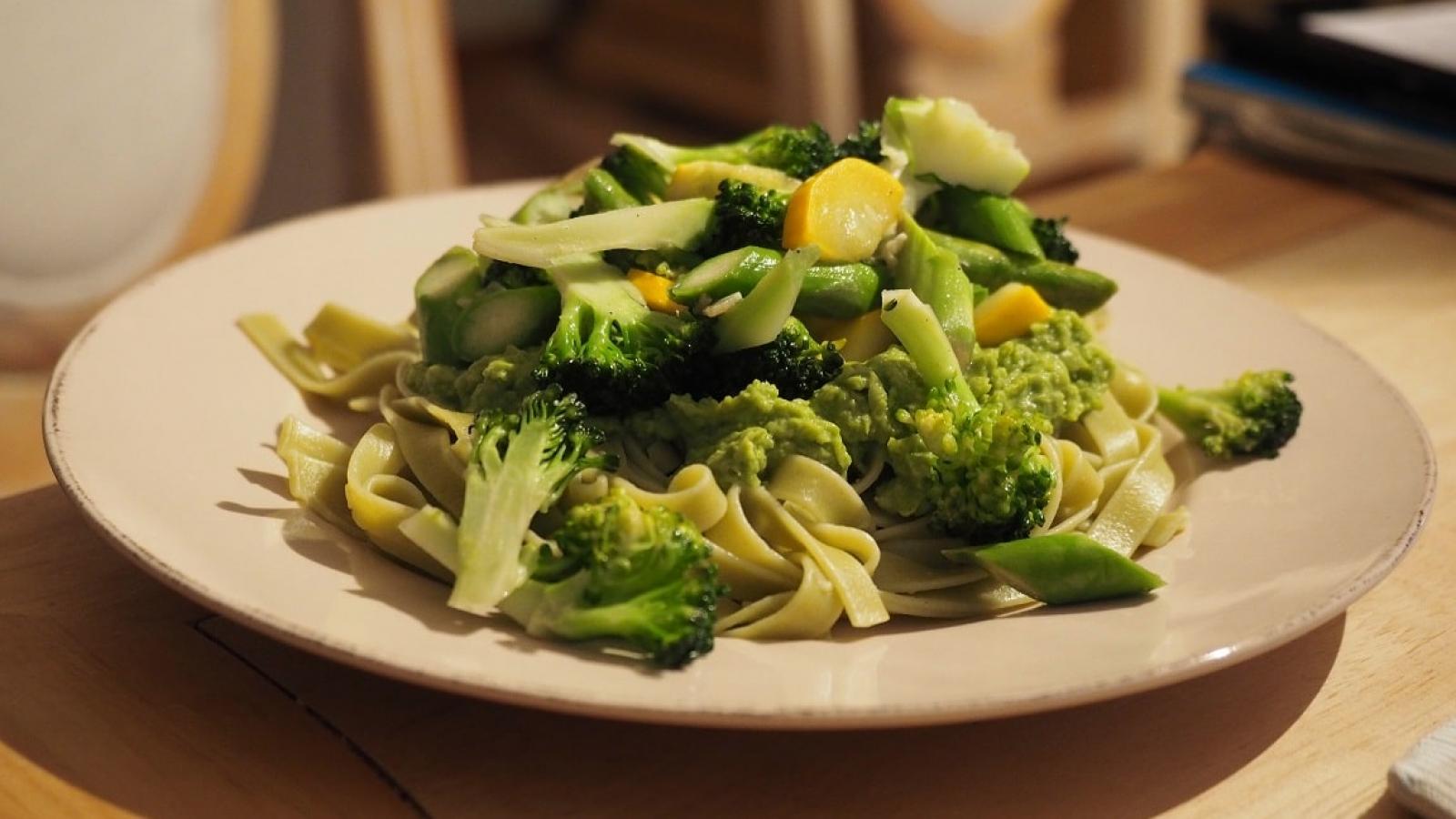 Grüne Frühlingspfanne mit Spargel, Zucchini. Erbsenpesto, Bandnudeln