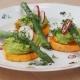 Süßkartoffelscheiben, Erbsenhummus, grüner Spargel