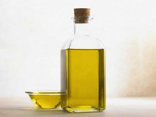 Arganöl ist ein wahrer Alleskönner und kann viele Produkte, die in deinem Badezimmer stehen, mühelos ersetzen. Lust auf ein bisschen Minimalismus im Bad?