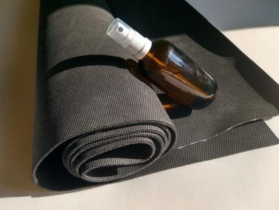 Die meisten Yogamatten lassen sich recht einfach reinigen. Für zwischendurch und falls es mal schnell gehen soll, kann man aber aber super einfach ein eigenes Yogamattenspray zusammenrühren.