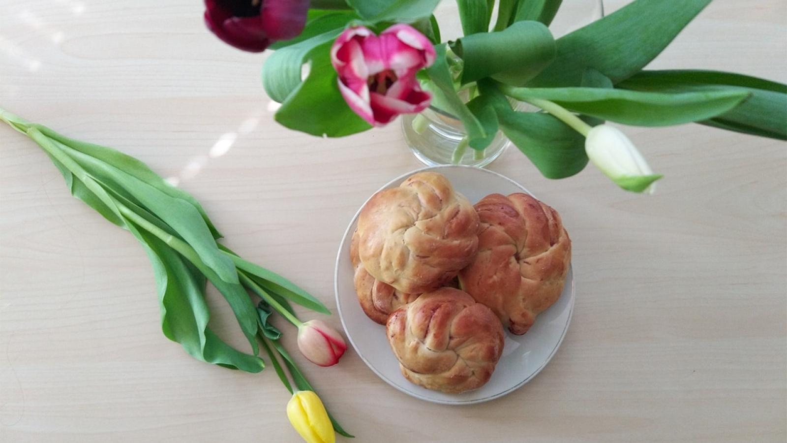 Hefegebäck gehört doch irgendwie standardmäßig zu Ostern, oder? Mit diesen süßen, veganen Hefeteilchen kannst du sogar richtig kreativ werden.