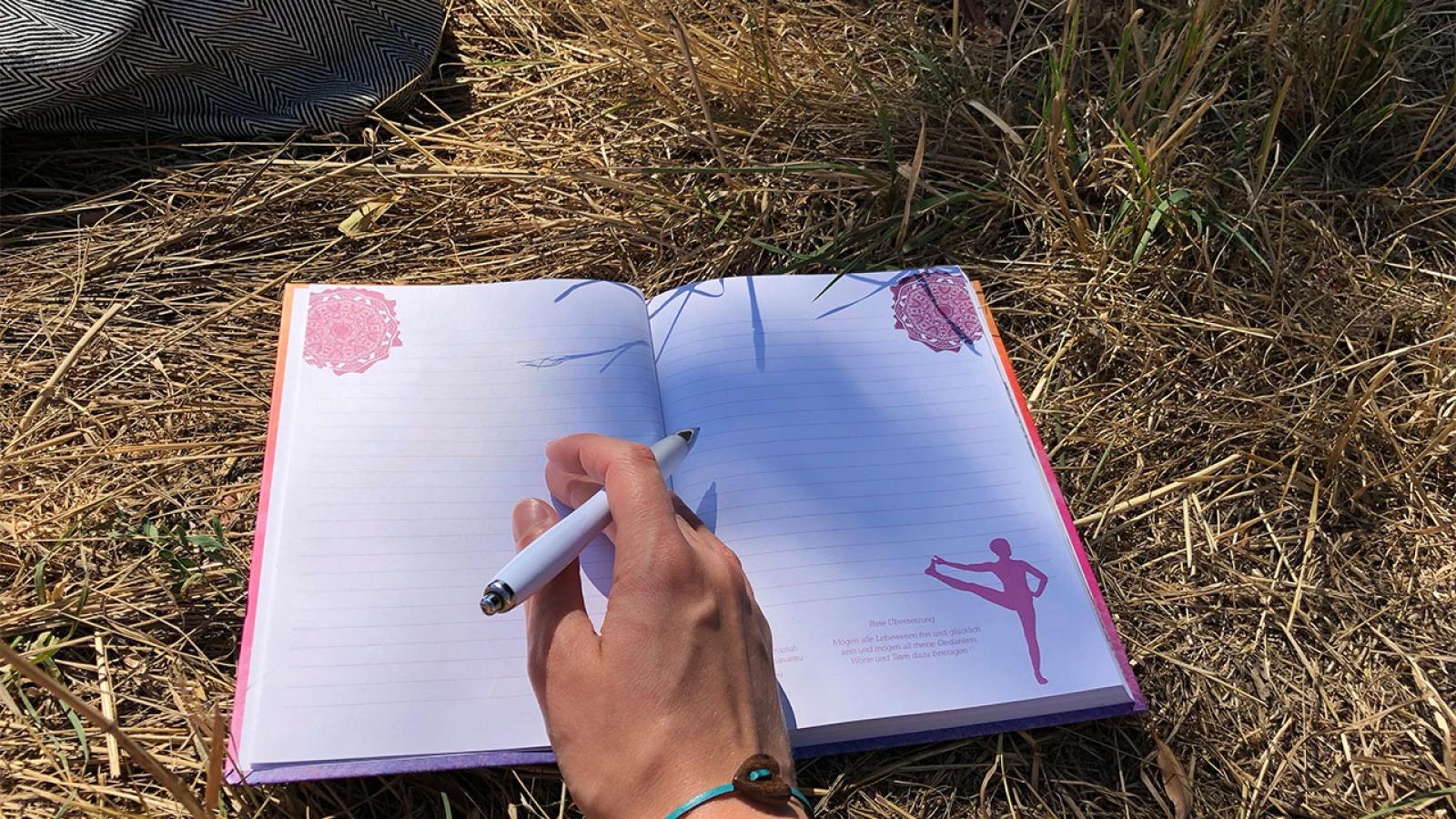 Journaling ist eine tolle Möglichkeit, seine Achtsamkeit zu schulen und positiv in den Tag zu starten.