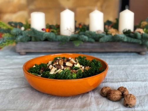 Herzhafter Grünkohlsalat mit Räuchertofu, Apfel, Walnüssen und Granatapfel-Vinaigrette