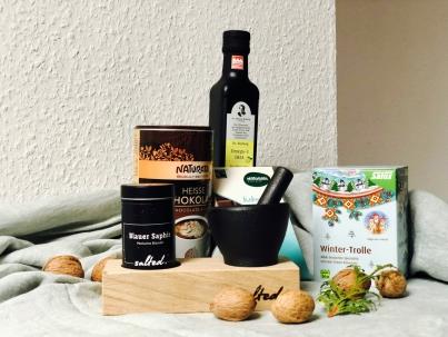 Advent, Advent, ein Lichtlein brennt und wir haben ein Gewinnpäckchen mit nachhaltigen, veganen Produkten für dich :)