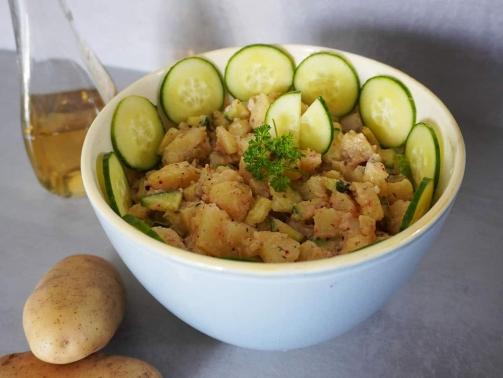 Einfach und lecker: veganer Kartoffelsalat mit Mayonnaise und Kräutern von Sonnentor