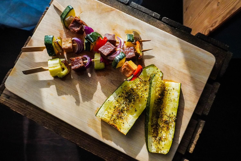 Vegan grillen: Tofu-Gemüsespieße und Zucchini