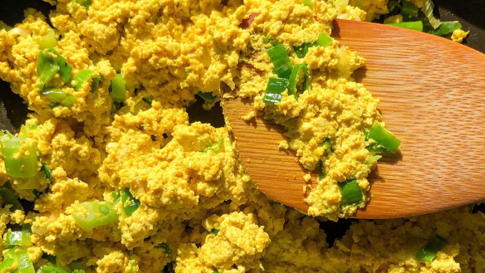 Tipps, um Eier in der veganen Ernährung zu ersetzen und ein Rezept für Rührtofu