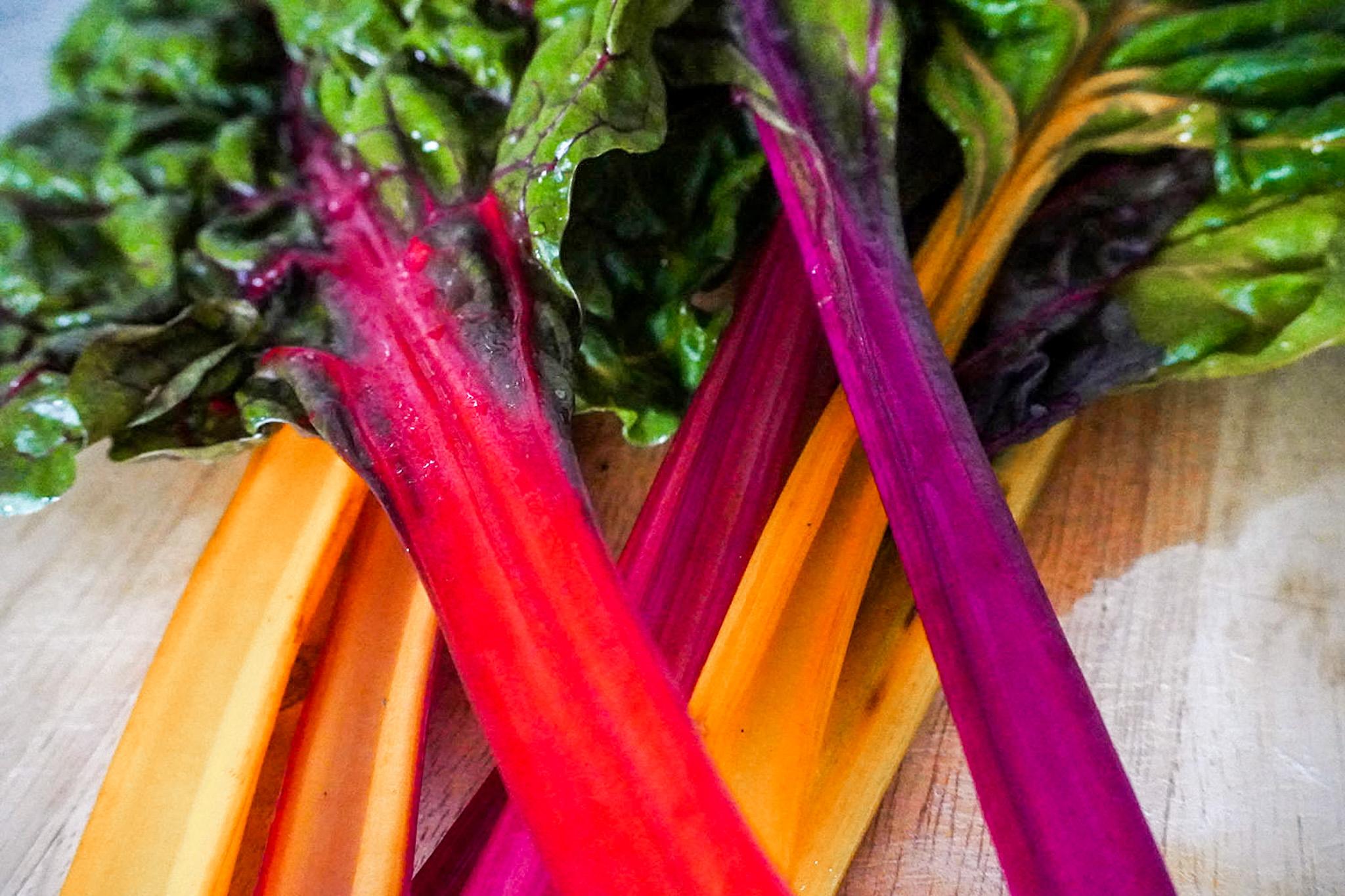 Vegane Ernährung kann so bunt sein, wie dieser Bright Lights Mangold, der mit seinen gelben, roten und pinken Stielen für gute Laune sorgt.